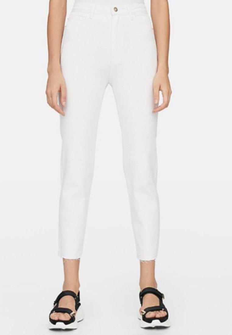 Stradivarius - MOM-FIT - Slim fit jeans - white