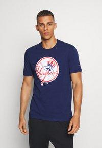 Fanatics - MLB NEW YORK YANKEES ICONIC PRIMARY LOGO GRAPHIC  - T-shirt z nadrukiem - navy - 0