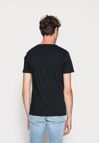 Hollister Co. - 3 PACK - T-shirt basique - black/white/grey - 4