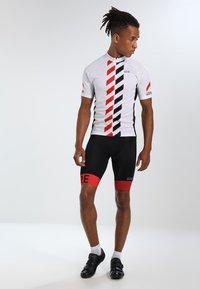 Gore Wear - C5 OPTILINE KURZE TRÄGERHOSE - Punčochy - black/red - 1