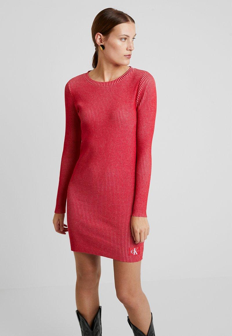 Calvin Klein Jeans - LONG SLEEVE DRESS - Pouzdrové šaty - racing red