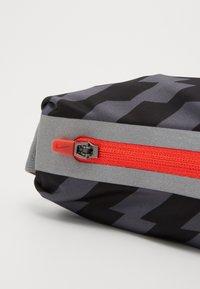 Nike Performance - SLIM WAISTPACK 2.0 UNISEX - Bum bag - black/smoke grey/silver - 2