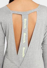 Bench - MIT TIEFEM RÜCKENAUSSCHNITT - Long sleeved top - grau-meliert - 5