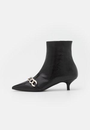 BOOTS GLACE A TALON ET CHAINE - Korte laarzen - black