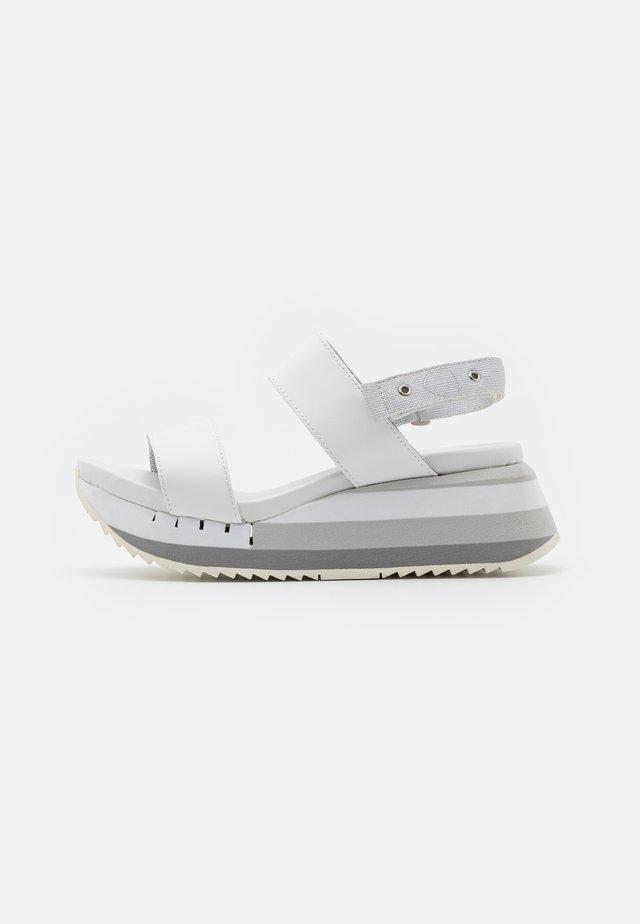 CHARLOTTE - Sandały na platformie - white