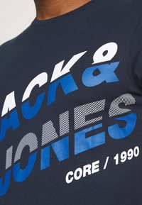 Jack & Jones - JCOALPHA TEE - Print T-shirt - navy blazer - 3