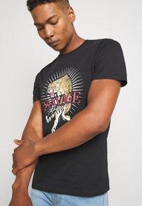 CLOSURE London - SAVAGE TIGER TEE - T-shirt z nadrukiem - black - 3
