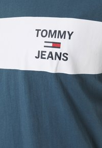 Tommy Jeans - CHEST STRIPE LOGO - T-shirt z nadrukiem - audacious blue