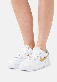 Nike Sportswear - AIR FORCE 1 SHADOW - Baskets basses - white/metallic gold/metallic silver - 0