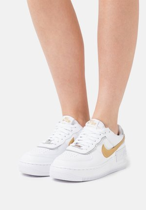 AIR FORCE 1 SHADOW - Zapatillas - white/metallic gold/metallic silver