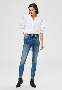 Selected Femme - SKINNY FIT JEANS HIGH WAIST - Jeans Skinny Fit - medium blue denim - 1