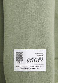 Jack & Jones - JCOUTILITY HOOD - Sweatshirt - oil green - 2