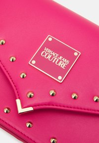 Versace Jeans Couture - STUDS REVOLUTION CROSSBODY - Across body bag - fuxia - 4