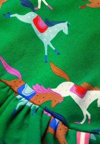 Boden - MIT MUSTER - Day dress - schottengrün, pferde - 2