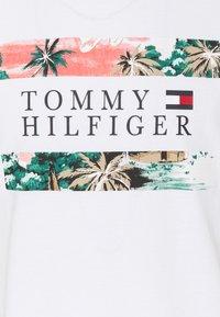 Tommy Hilfiger - HAWAIIAN FLAG TEE - Printtipaita - white - 2