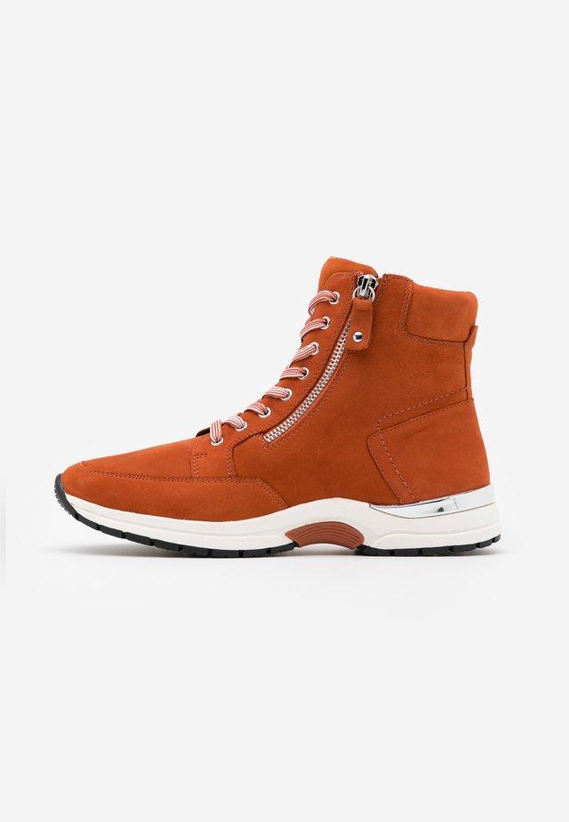 BOOTS - Šněrovací kotníkové boty - rust