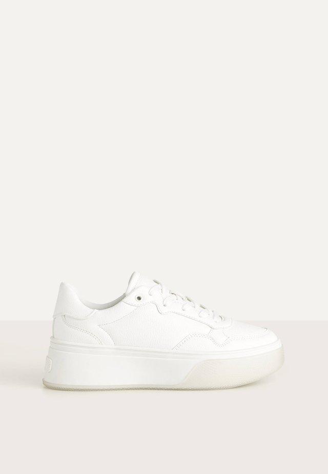 MIT DURCHSCHEINENDER PLATEAUSOHLE - Baskets basses - white
