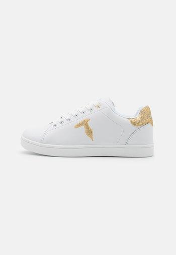 GLITTER PATCH - Zapatillas - white/gold