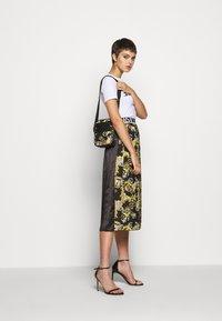 Versace Jeans Couture - UNISEX - Borsa a tracolla - black - 1
