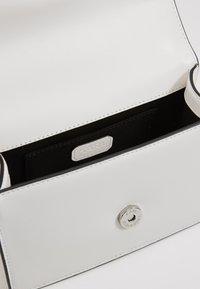 KARL LAGERFELD - SIGNATURE SMALL SHOULDERBAG - Across body bag - white - 4