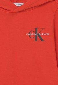 Calvin Klein Jeans - SMALL MONOGRAM HOODIE UNISEX - Kapuzenpullover - flaming chili - 2