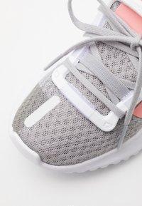 adidas Originals - PATH RUN  - Tenisky - grey two/glow pink/footwear white - 5