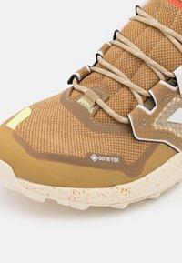 adidas Performance - TERREX TRAILMAKER MID GORE-TEX - Scarpa da hiking - beige tone/crystal white/white - 8