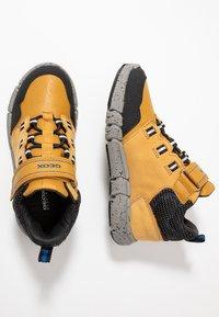 Geox - FLEXYPER BOY ABX - Sneakersy wysokie - dark yellow/royal - 0