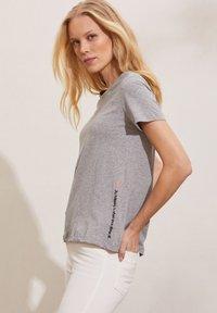 Odd Molly - DAPHNE - Print T-shirt - grey melange - 2