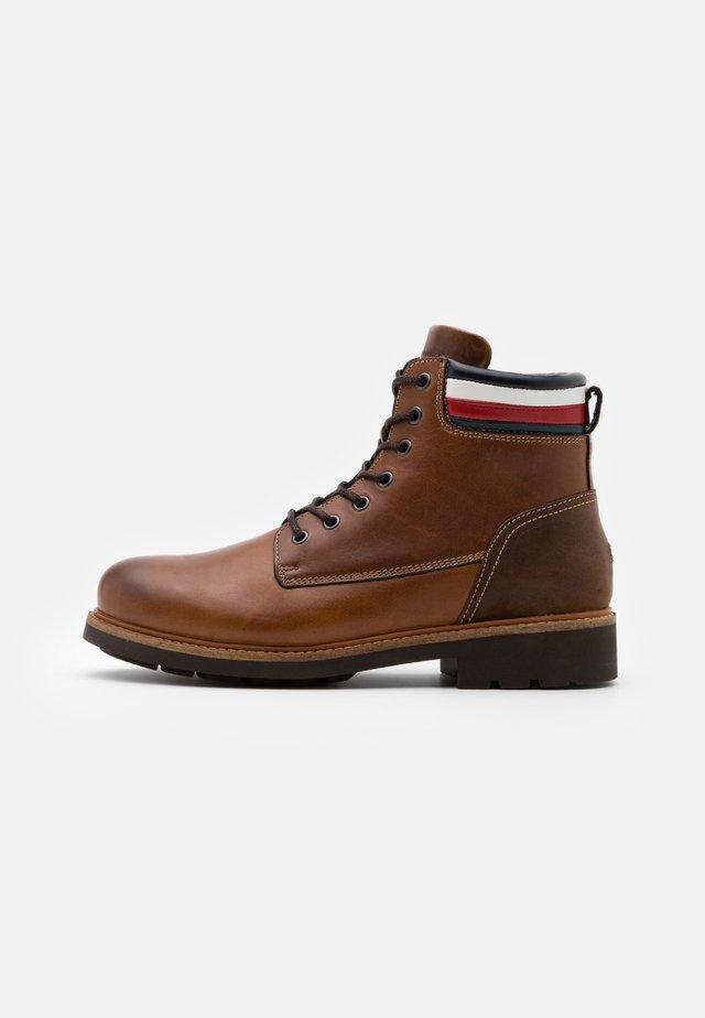 CORPORATE BOOT - Šněrovací kotníkové boty - natural cognac