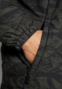 Oakley - CRUISER JACKET - Snowboard jacket - green - 6