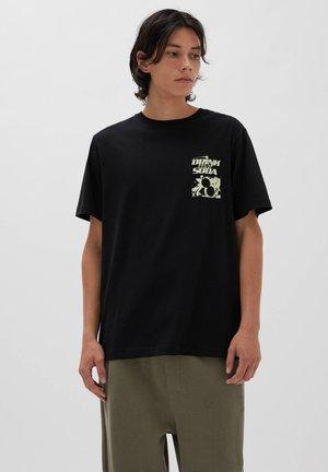 DRINK THAT SODA - Print T-shirt - black