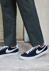 Nike Sportswear - BLAZER '77 - Tenisky - black/white/team orange - 2