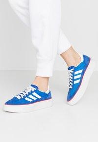 adidas Originals - SLEEK SUPER - Sneakers laag - royal blue/offwhite/glow blue - 0