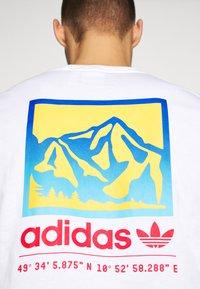 adidas Originals - SPORTS INSPIRED SHORT SLEEVE TEE - T-shirt z nadrukiem - white - 3