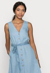 Vero Moda Petite - VMVIVIANA SHORT DRESS PETITE - Denim dress - light blue denim - 3