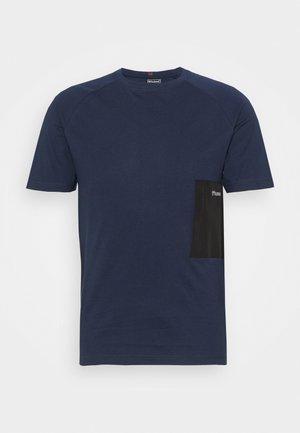 HMLPRO XK - T-shirt med print - black iris
