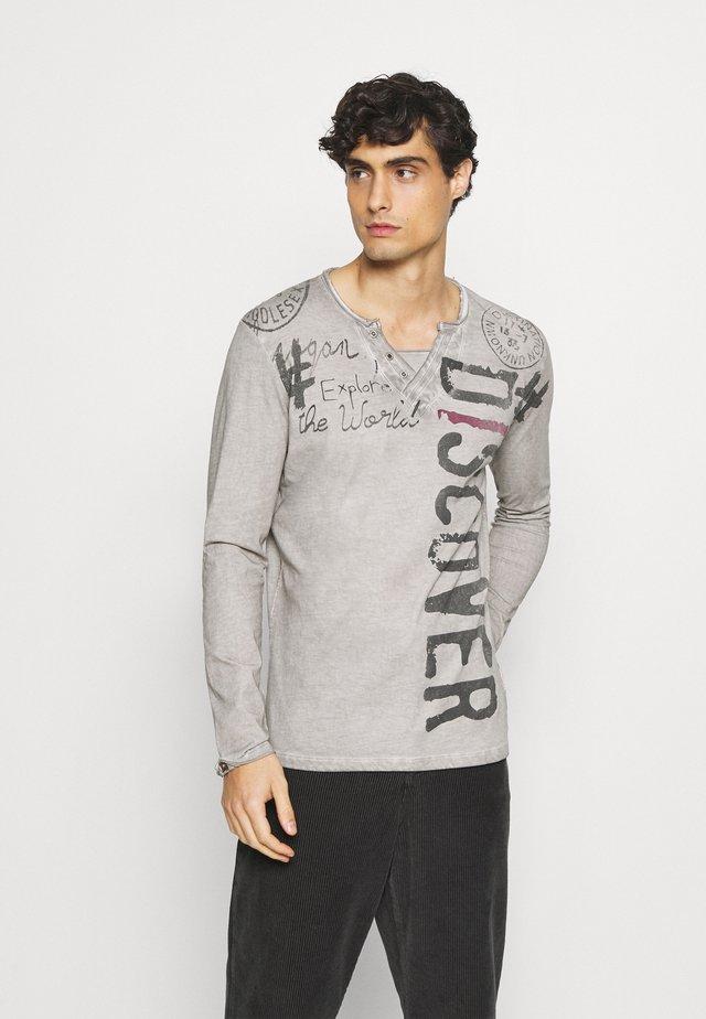 EXPLORE BUTTON - T-shirt à manches longues - silver