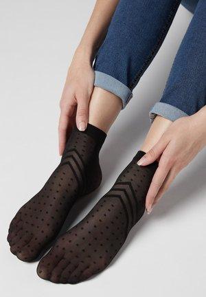 MIT BLUMENMUSTER FÜR DAMEN - Socks - schwarz - black chevron polka dots