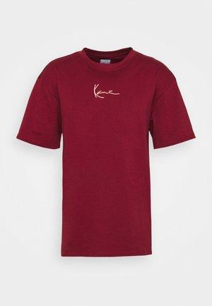 SMALL SIGNATURE TEE UNISEX - Jednoduché triko - dark red