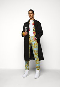 Versace Jeans Couture - BULL BAROQUE - Jeans slim fit - azzurro scuro - 1