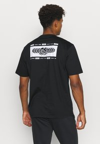 adidas Performance - SPORTS LOOSE SHORT SLEEVE GRAPHIC TEE - T-shirt con stampa - black - 2