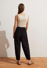 OYSHO - MIT LEINENANTEIL - Trousers - black - 2
