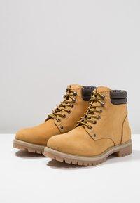 Jack & Jones - JFWSTOKE BOOT - Lace-up ankle boots - honey - 2