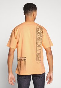 Edwin - ONE THE ROAD - T-shirt con stampa - cantaloupe - 2