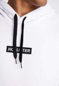 Hollister Co. - CENTERBOX LOGO - Jersey con capucha - white - 4