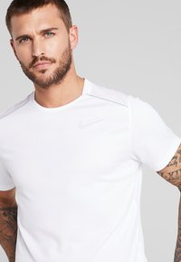 Nike Performance - DRY MILER - Print T-shirt - white/reflective silver - 6