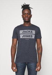 Jack & Jones - JJDENIMTEE CREW NECK - Print T-shirt - navy blazer - 0