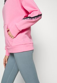 Under Armour - FLEECE HOODIE TAPED WM - Jersey con capucha - lipstick/black - 4