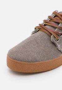 Pompeii - HIGBY UNISEX - Sneakersy niskie - grey/caramel - 5